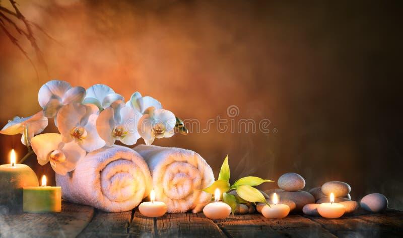 温泉-与蜡烛和兰花的夫妇毛巾 免版税库存图片