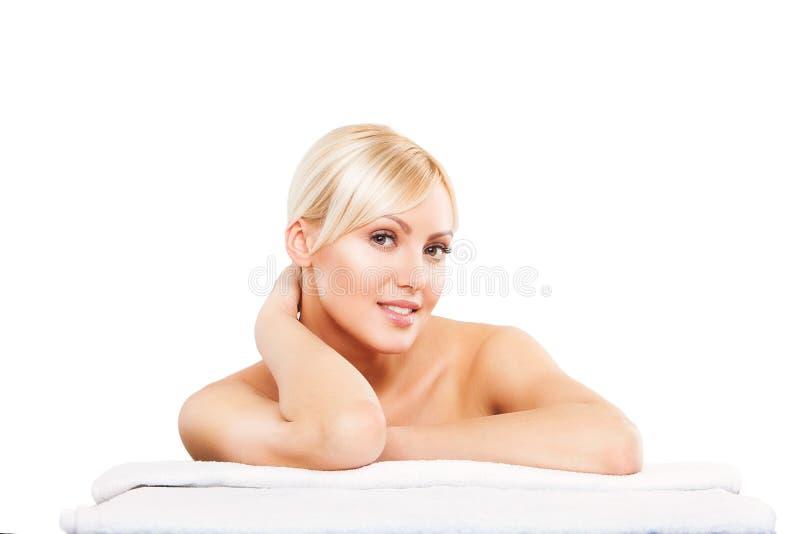 温泉 亚洲有吸引力的背景美好的秀丽关心白种人汉语下来面对女性女孩愉快的查出的位于的混合模型纵向种族皮肤skincare微笑的温泉毛巾处理白人妇女 库存照片