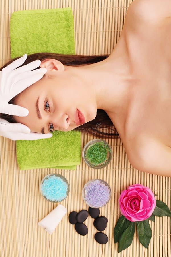 温泉 关心脸面护理 放松在温泉沙龙的美丽的少妇 库存图片
