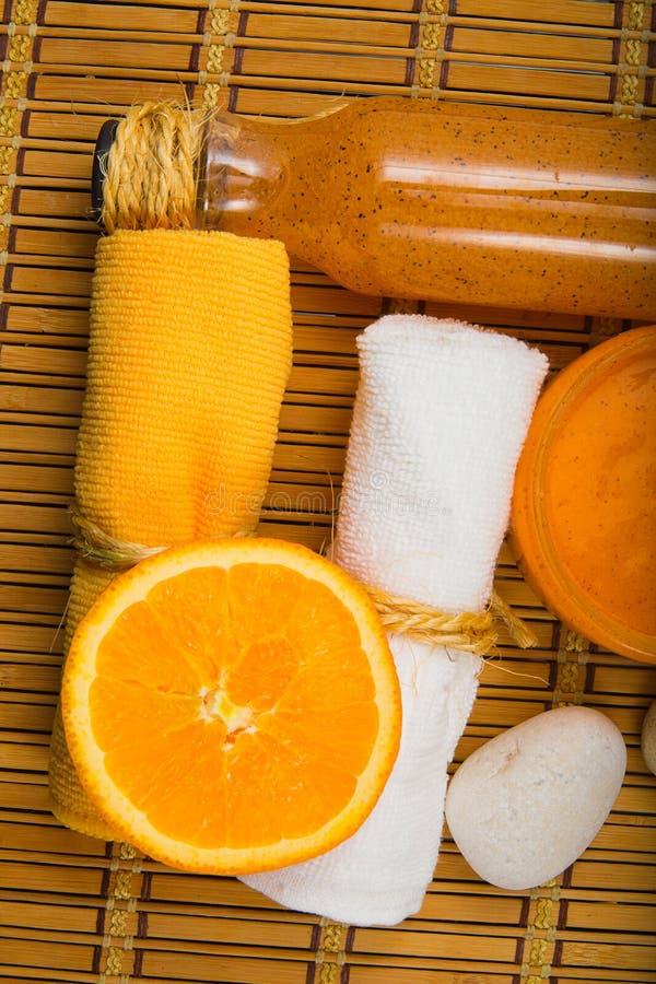 温泉komozitsiya两块毛巾,身体洗刷,橙色 免版税库存图片
