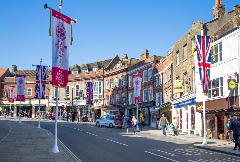 温莎,英国 温莎大街,装饰用旗子和许多人 做购物和走b的游人 库存图片