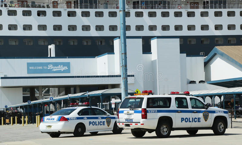 港务局警察提供安全的纽约-新泽西为玛丽皇后2游轮在布鲁克林巡航终端靠了码头 库存图片