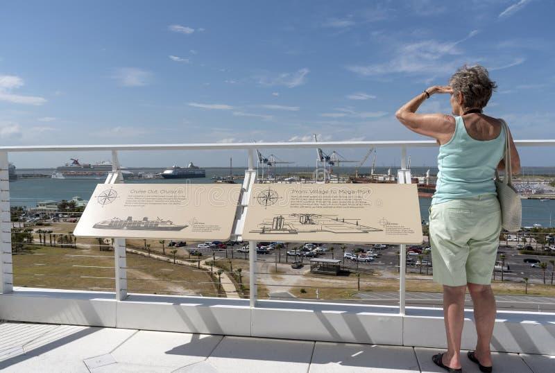 港卡纳维拉尔的佛罗里达美国女性游人 免版税库存图片