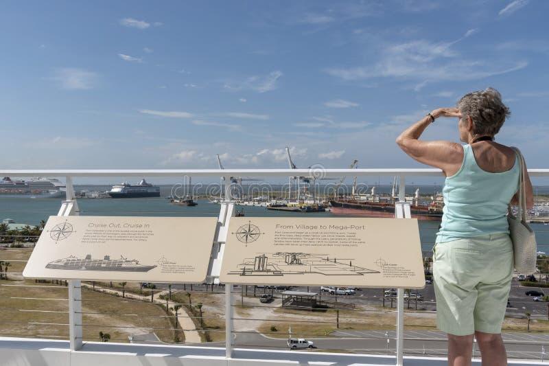 港卡纳维拉尔的佛罗里达美国女性游人 库存图片