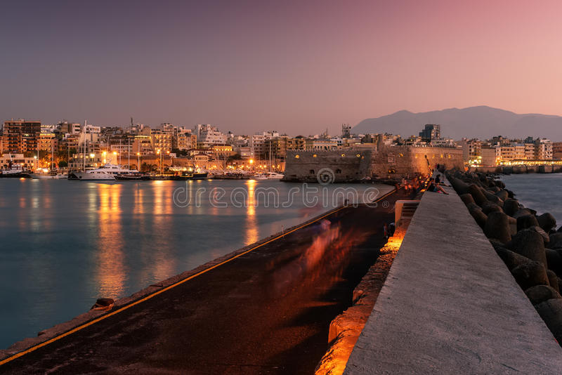 港口和伊拉克利翁,克利特,希腊老镇  库存照片