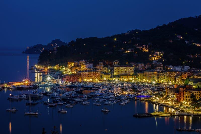港口和村庄的看法在夜,圣马尔盖里塔利古雷,热那亚,意大利之前 库存照片