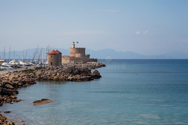 港口和纪念碑在罗得岛 免版税库存照片