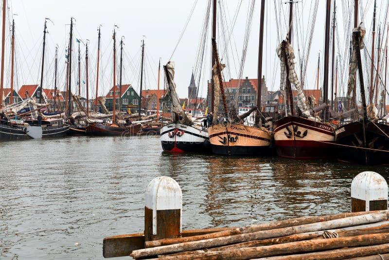 港口和背景的福伦丹,荷兰教会  图库摄影