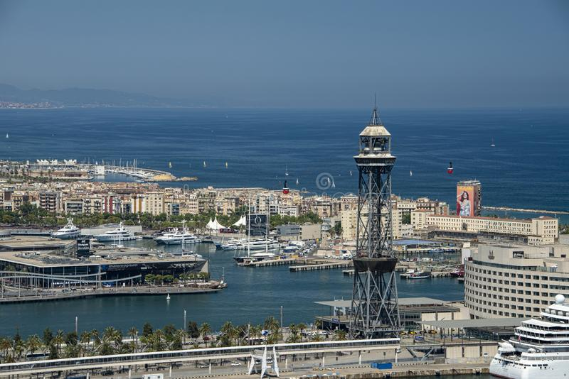 港口在巴塞罗那,加泰罗尼亚的自治权的首都的全景 r 免版税库存图片