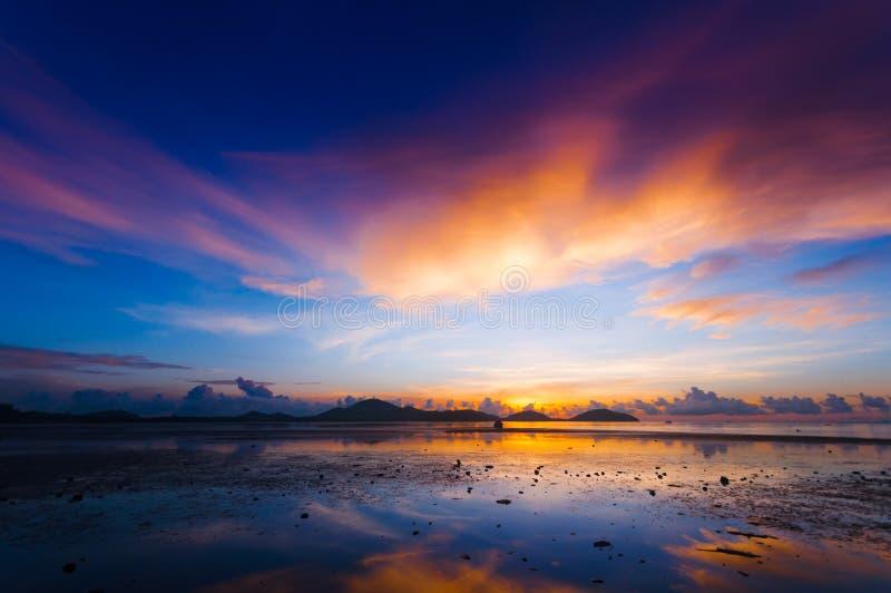 港口在日出前的黎明早晨创造了一五颜六色 图库摄影