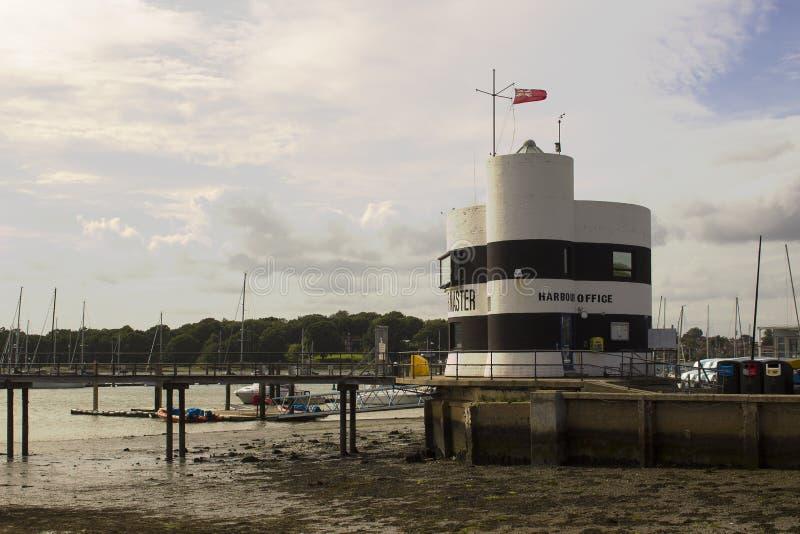 港口在Warsash掌握面对小游艇船坞和河Hamble的办公室在英国的南海岸的汉普郡 库存照片