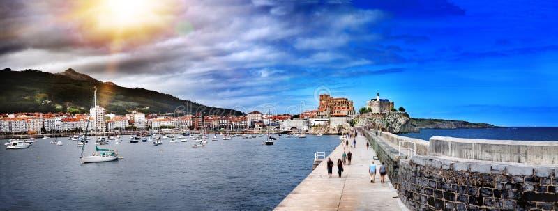 港口城市卡斯特罗-乌尔迪亚莱斯,坎塔布里亚的美好的全景 旅游业在海滨城镇,西班牙北部 免版税库存照片