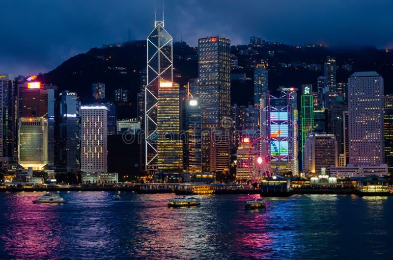 港口城市香港,2019年6月08日:夜间吻合风景 香港市地平线从Tsim的她特伦通地区面孔 库存照片