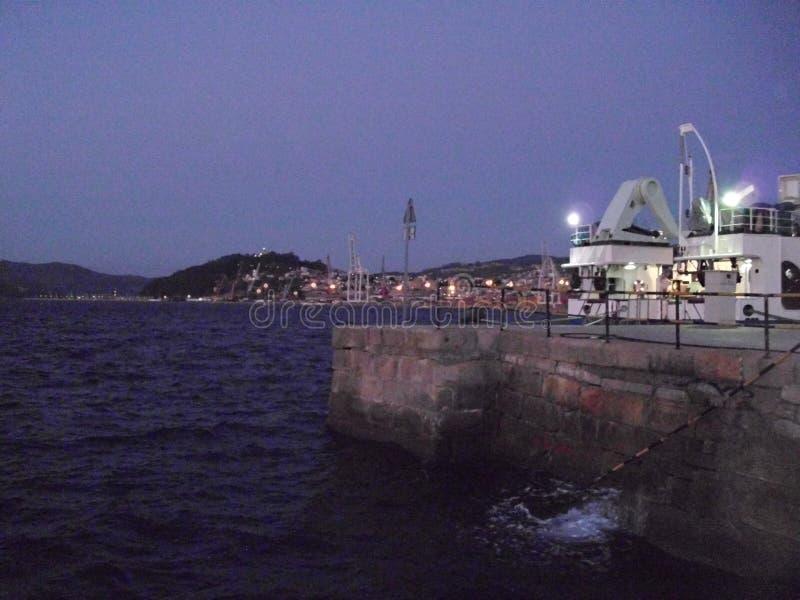 港口夜视图在Cangas镇在西班牙北部欧洲 免版税库存照片