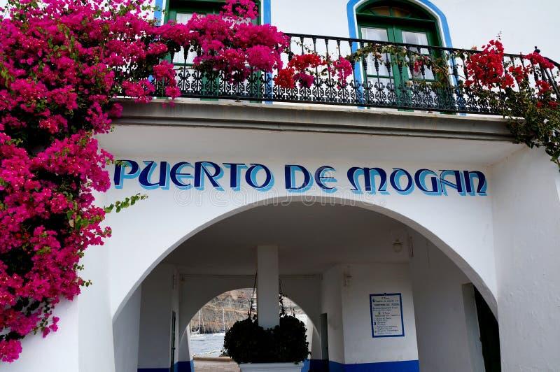 港口大师的塔在Puerto de Mogan 免版税库存照片