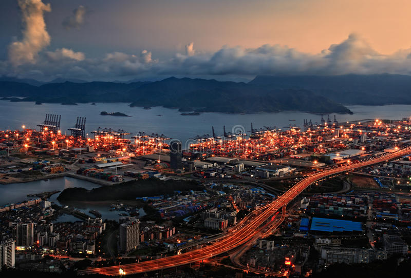 港口晚上yantian端口的视图 免版税图库摄影