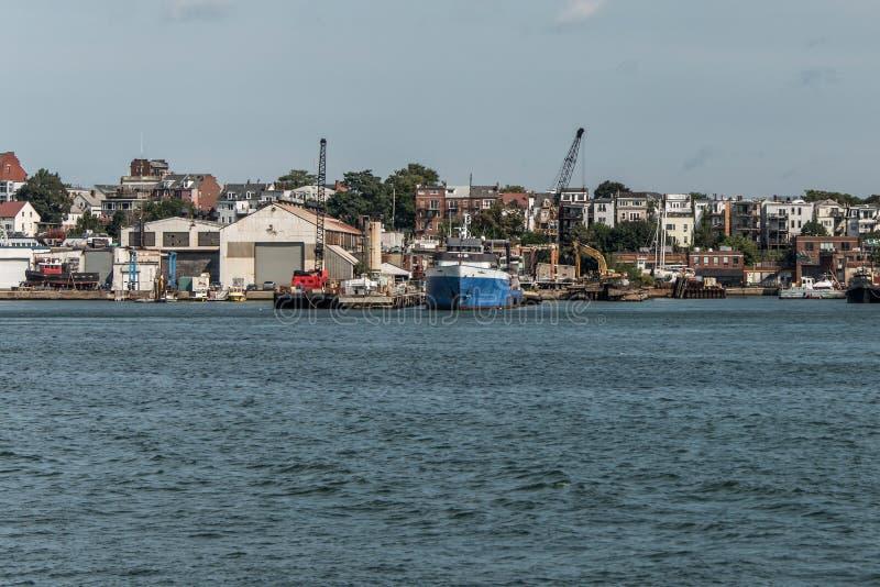 港口看法从老波士顿江边的有渔船卡车和小船的停住了麻省 免版税库存照片