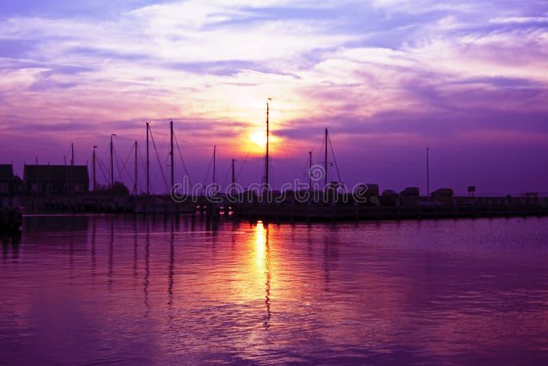 港口荷兰marken紫色日落 库存照片