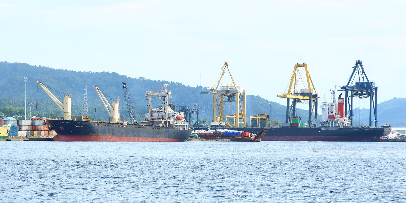 港口装载者在Bitung 免版税库存图片