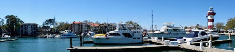 港口镇小游艇船坞和灯塔全景 图库摄影