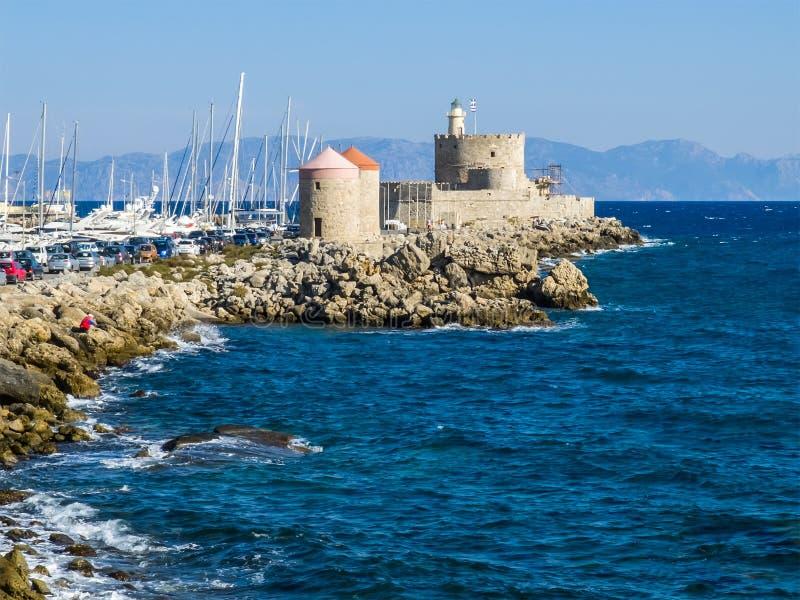 港口风车和灯塔 罗得岛,希腊 免版税库存照片