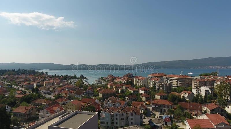 港黑山 美丽的景色波尔图黑山 在奥尔德敦蒂瓦特附近的船在一晴朗的秋天天 黑山 库存照片