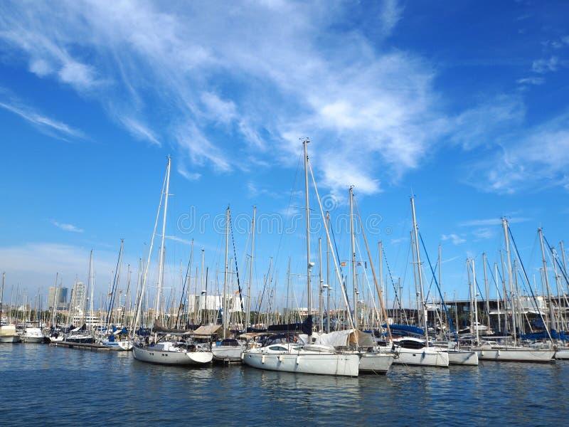 港Vell在巴塞罗那,巴塞罗那老港口有体育小船、游艇和一个商店地区区域的在加泰罗尼亚,西班牙 免版税库存图片