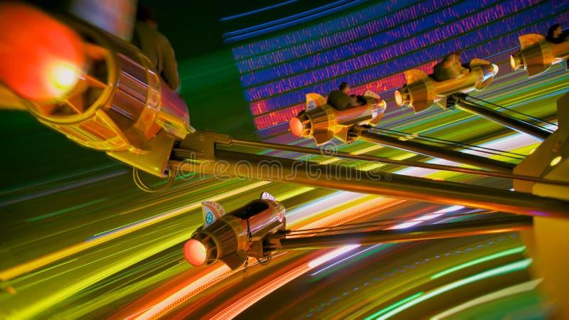 游乐园火箭队乘驾在晚上 免版税库存图片