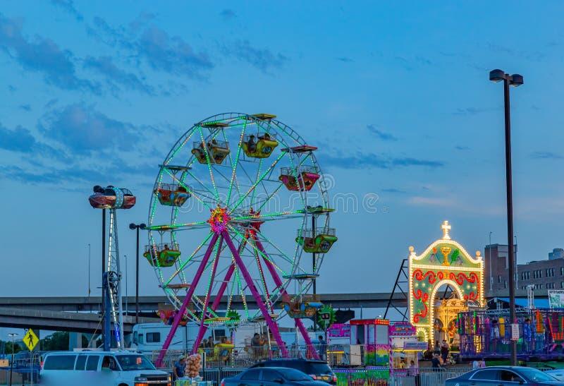 游乐场蓝色小时夜景有弗累斯大转轮奥马哈内布拉斯加河边区的 免版税图库摄影