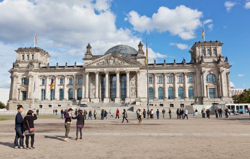 游人临近Reichstag 免版税图库摄影