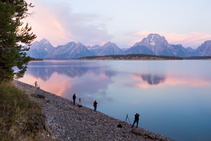 游人为在盛大特托山的日出照相  库存图片