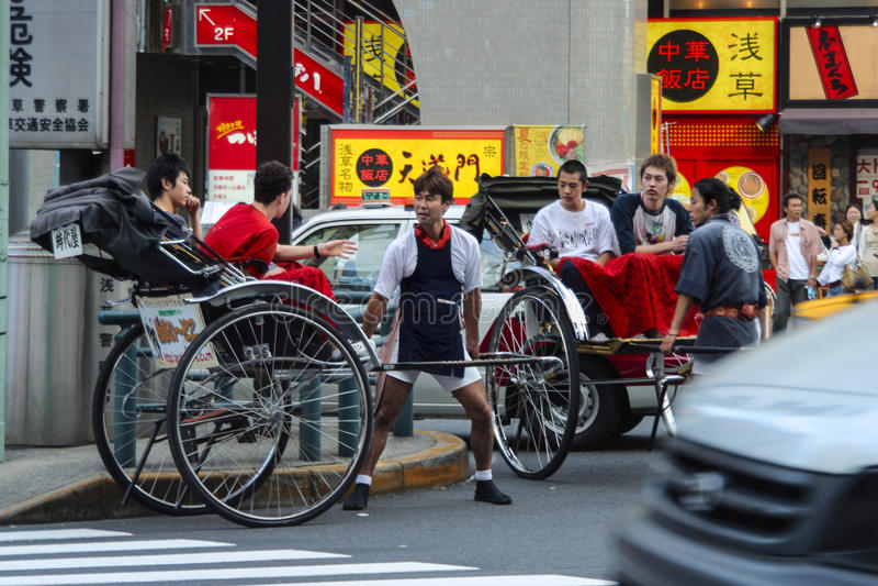 游人乘坐人力车在Sensoji浅草Kannon寺庙在东京,日本 库存图片