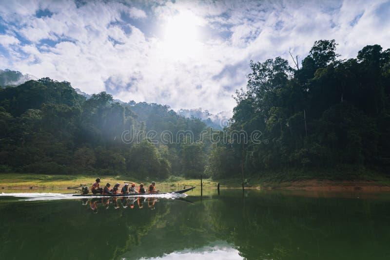 游人乘小船看森林、野生生物和轰隆朗格水库的风景 免版税库存图片
