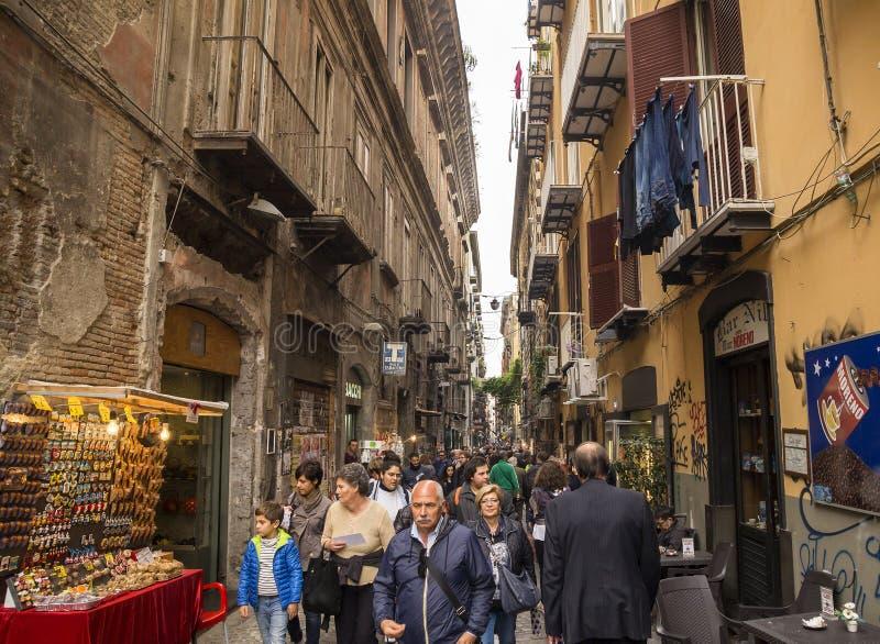 游人人群古色古香的街道的-通过圣格雷戈里奥阿尔梅诺,那不勒斯 免版税库存照片