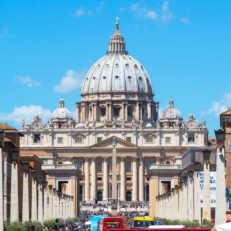 游人人群在圣皮特圣徒・彼得附近大教堂Rom的走 库存图片