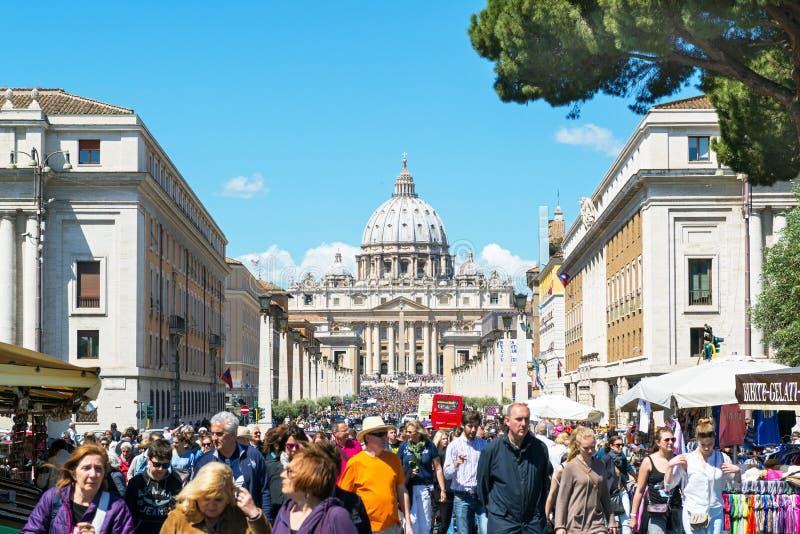 游人人群在圣皮特圣徒・彼得附近大教堂Rom的走 库存照片