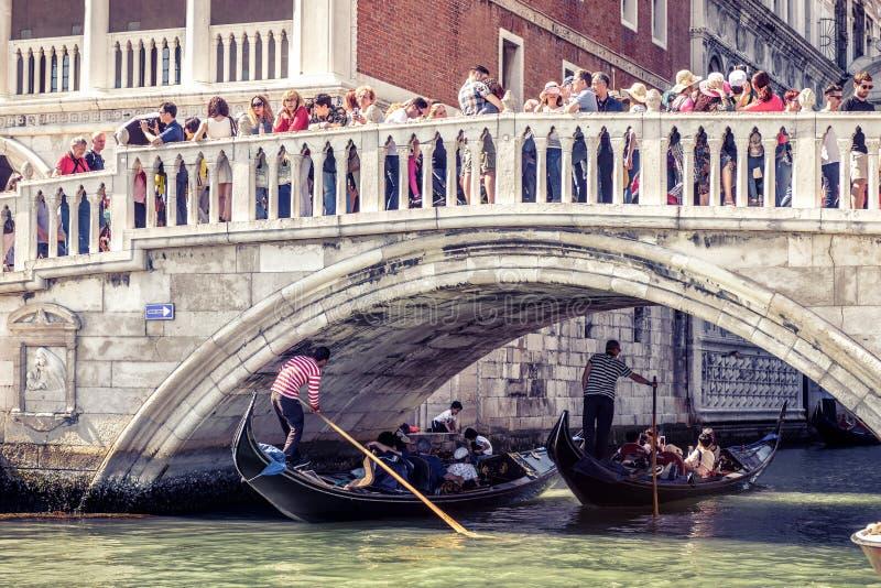 游人人群是近的共和国总督` s宫殿在威尼斯 免版税库存照片