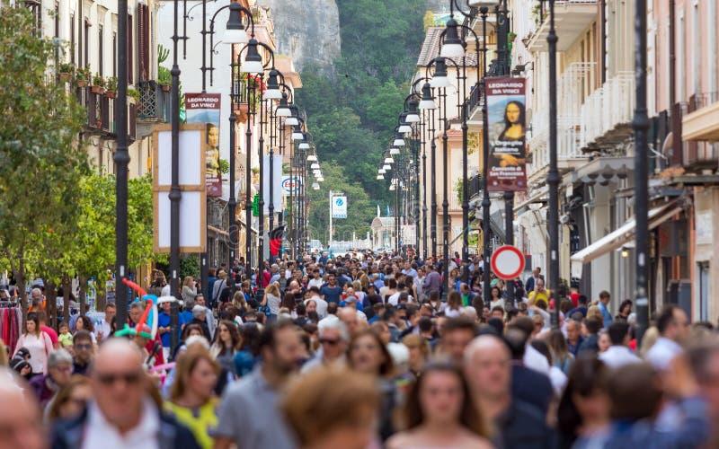 游人人群沿Corso意大利,索伦托走,意大利主要购物的街道  库存图片
