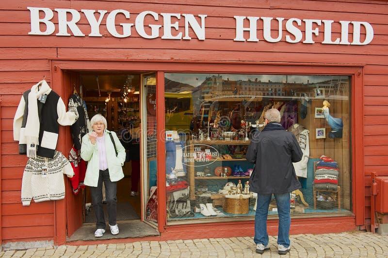 游人做购物在一个纪念品店在卑尔根,挪威 库存图片