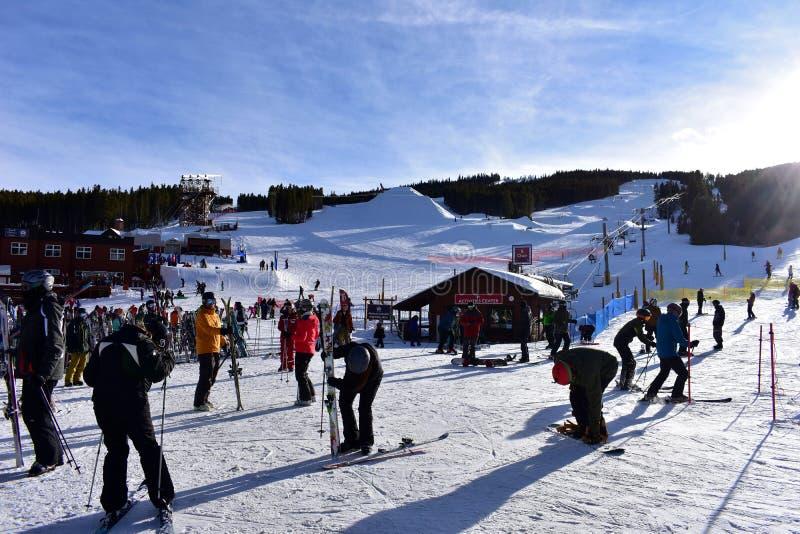游人准备去滑雪在布雷肯里奇科罗拉多 免版税库存图片