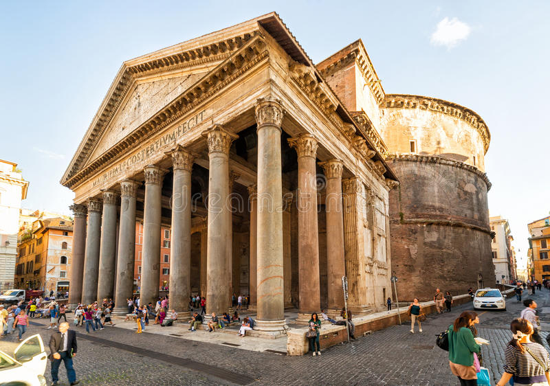 游人参观万神殿,罗马 免版税库存照片