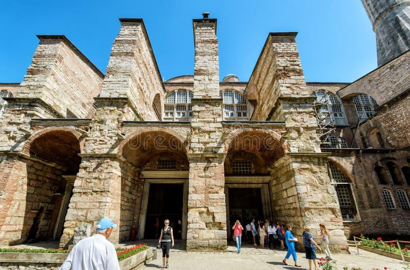 游人参观圣索非亚大教堂(Ayasofya),伊斯坦布尔,土耳其 库存图片