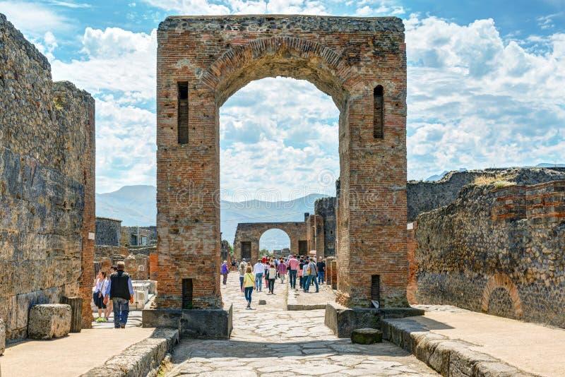 游人参观庞贝城,意大利废墟  免版税库存照片