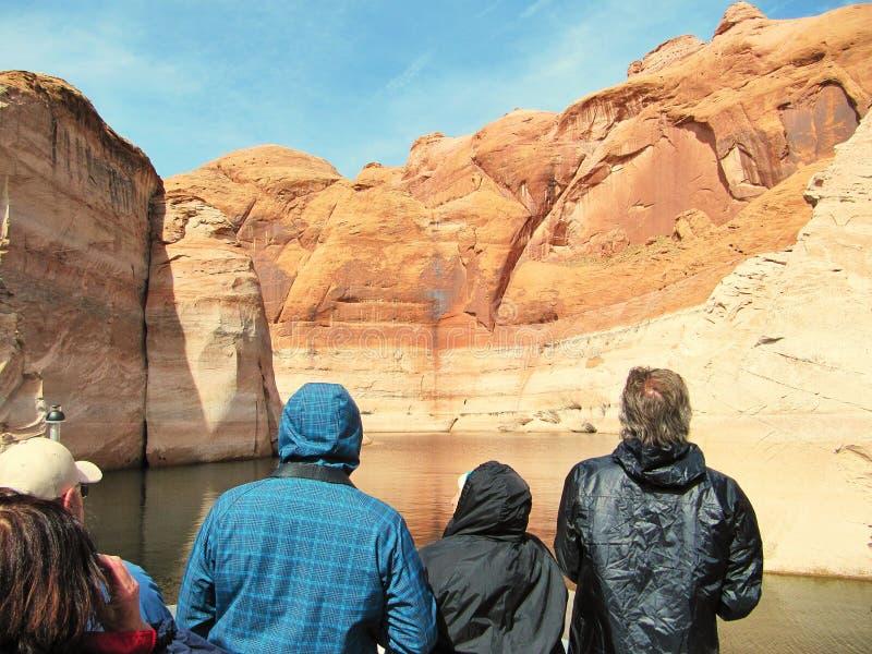 游人参观湖鲍威尔和它的峡谷 免版税库存照片