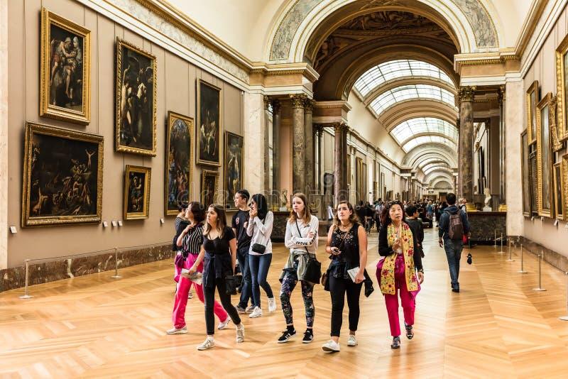 游人参观罗浮宫Musee du Louvre 巴黎,法郎 免版税库存照片