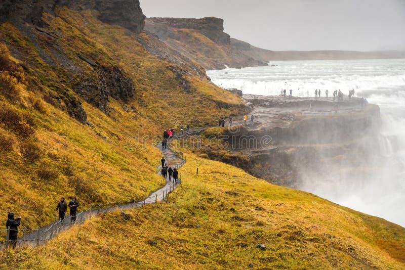 游人参观gullfoss瀑布在冰岛 图库摄影