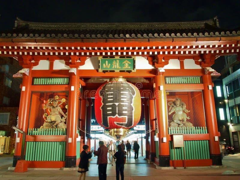 游人参观Kaminarimon -在浅草,东京,日本入Senso籍寺庙门  免版税库存照片