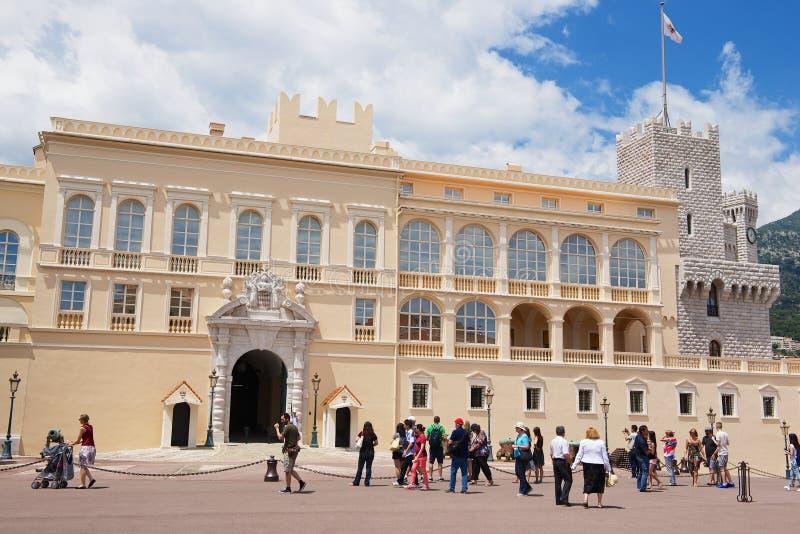 游人参观Prince' s宫殿在摩纳哥,摩纳哥 库存图片