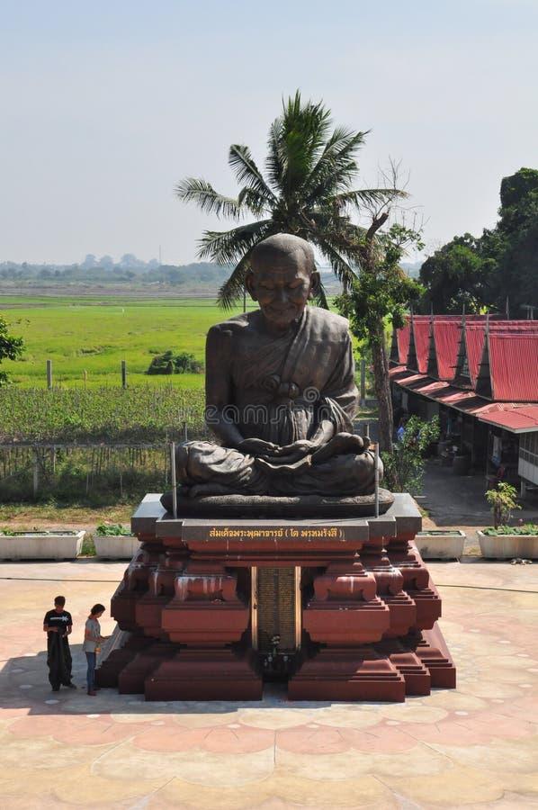 游人参观Wat Khun Inthapramun,红统府, Thailan 库存图片