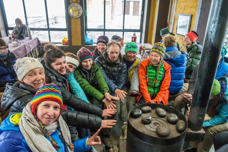 游人取暖在营地` s客舱的火炉在托尔 免版税库存图片